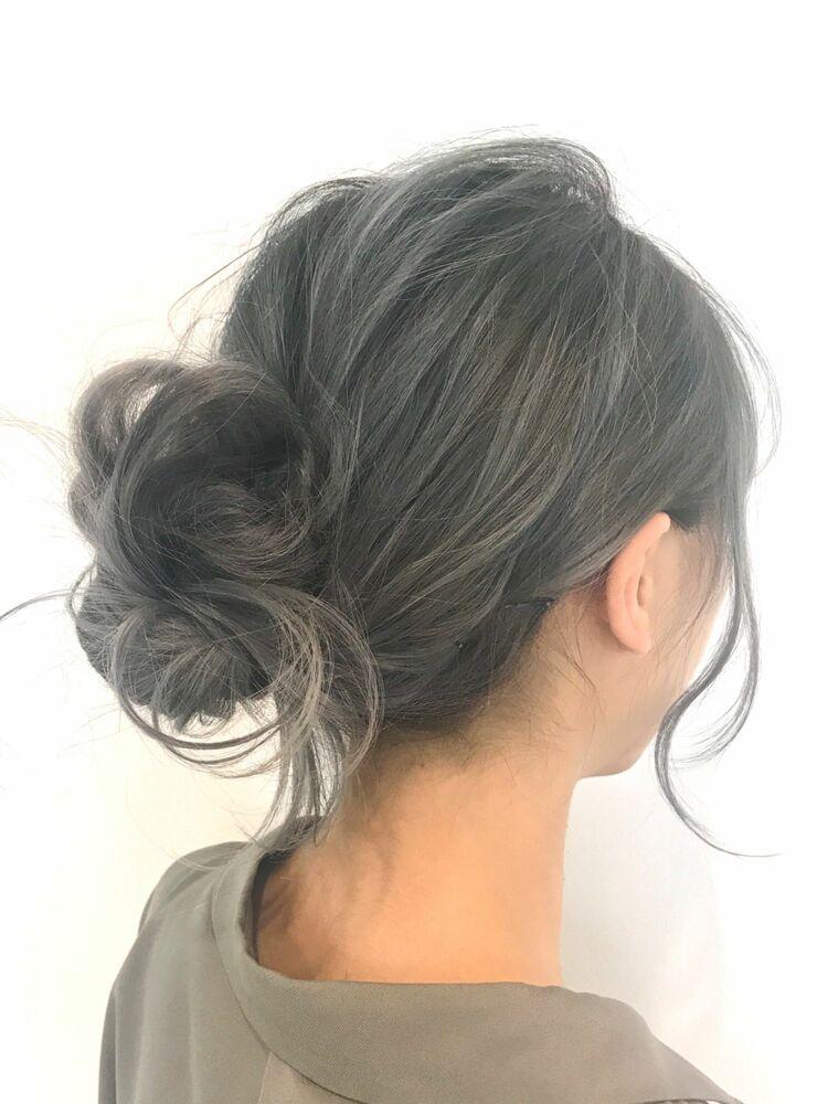 グレージュカラーのまとめ髪