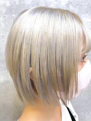 ショートヘアのホワイトカラー