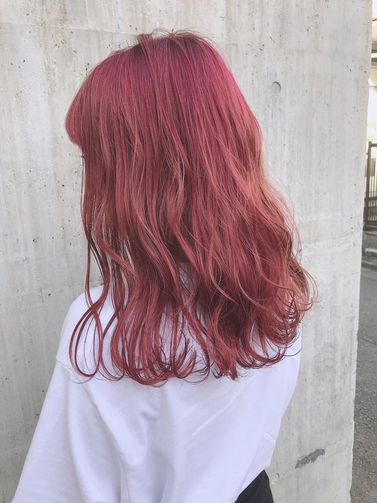 セミロング、ロング、ヘアカラー、冬カラー、ウェーブ巻き、前髪有り、流し前髪、レッド、ピンク