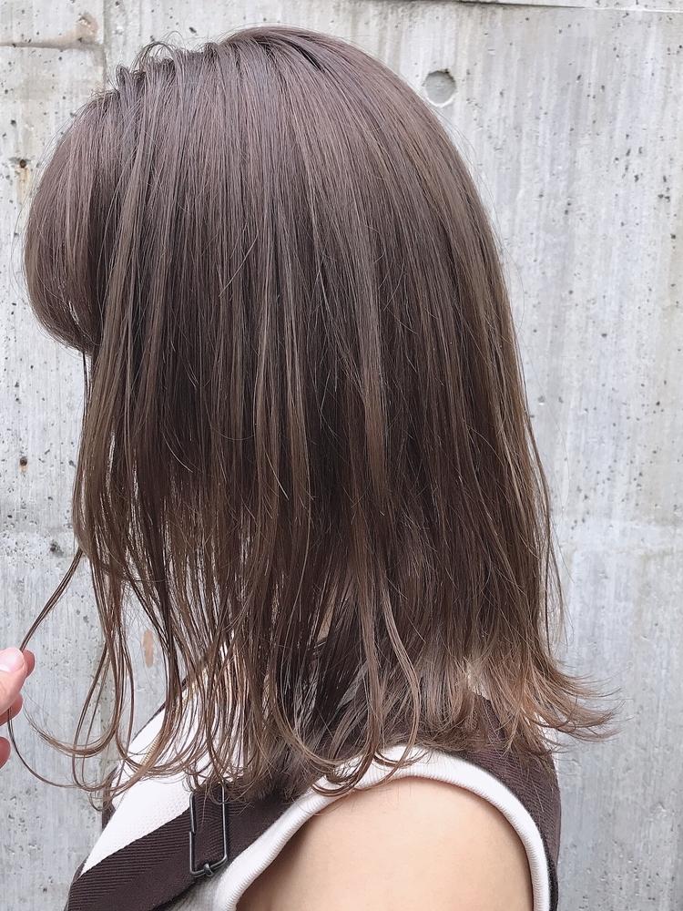 平巻き、外ハネ、大人可愛い、フェミニン、前髪有り、グレージュ、ラベンダーグレージュ
