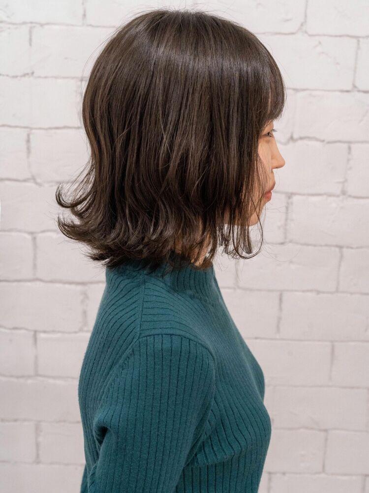 重くなりやすい肩位置スタイルを軽やかに見せるスタイルです。