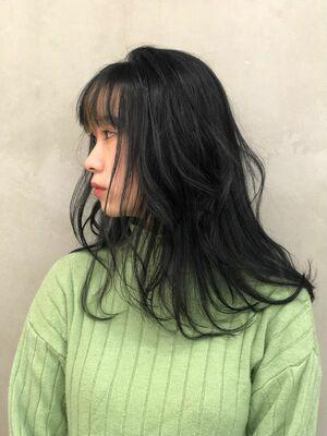 艶感のある黒髪ミディアムヘアー。前髪インナーカラー。