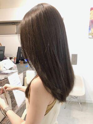 暗髪でも透明感のあるグレージュカラー