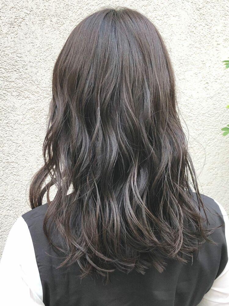 『turn TOKYO』動きを味方にするレイヤーカットで暗髪でも重くならないヘアでシンプルで女らしく