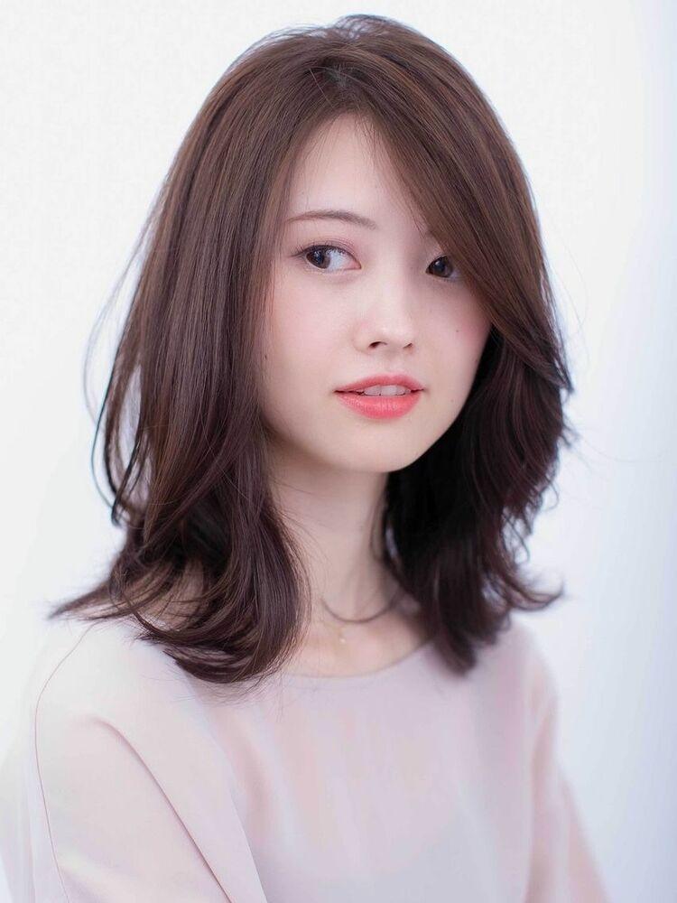 〈韓国レイヤーカット〉柔らかなベージュカラーで大人かわいいミディアム