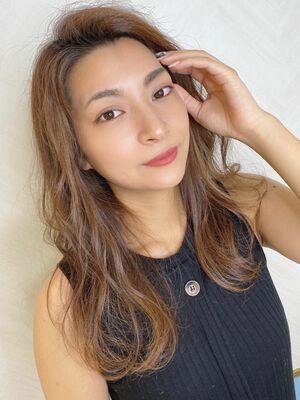 津賀涼 シークレットハイライトで大人可愛い透明感ベージュに かきあげヘア
