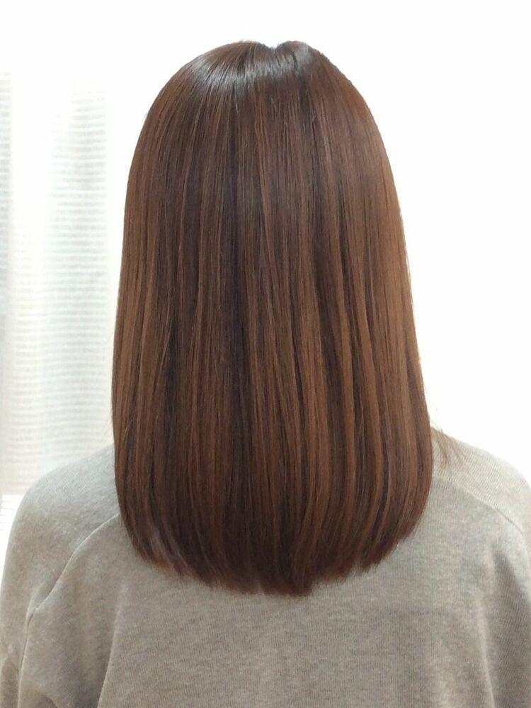 ナチュラルアッシュブラウンの艶髪セミロング。