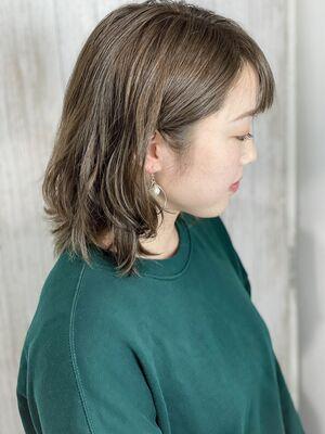 肩ちょい上の耳かけウェーブスタイル