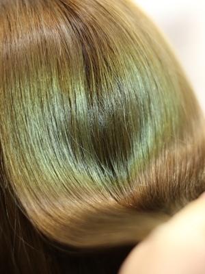 綺麗な髪の毛でハートを作る