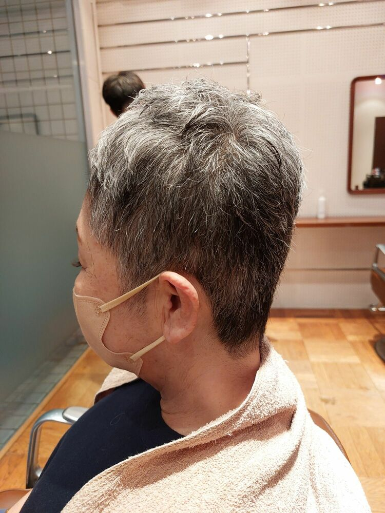 40代50代60代ヘアカタログ60代髪のクセをいかしたグレーヘアショートスタイル