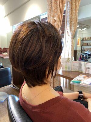 軽めウルフのひし形シルエットで、自分の癖を生かしてスタイリングし易い髪型へ