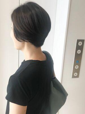 大人女性のハンサムショートヘア。