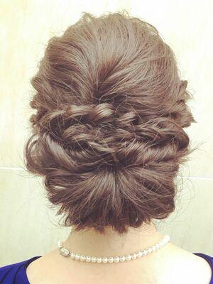 ルーズなシニヨンでまとめ髪