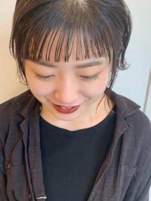 短め前髪に合わせる暗めカラー