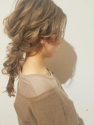 ハイトーンカラーでより華やかに!ゆるふわ編みおろしスタイル