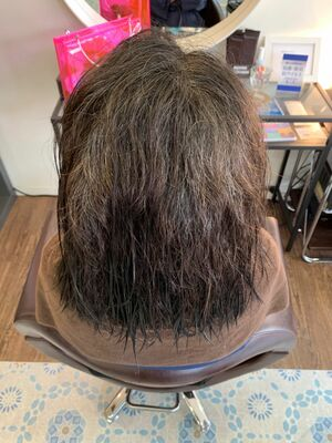 うねりや広がりを抑える酸性縮毛矯正で後ろ姿20代