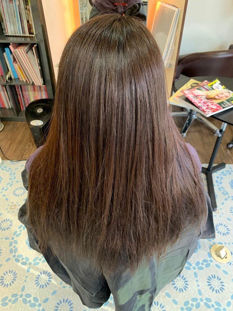 髪質改善縮毛矯正とヘアカラーの同時施術でナチュラルストレートスタイル