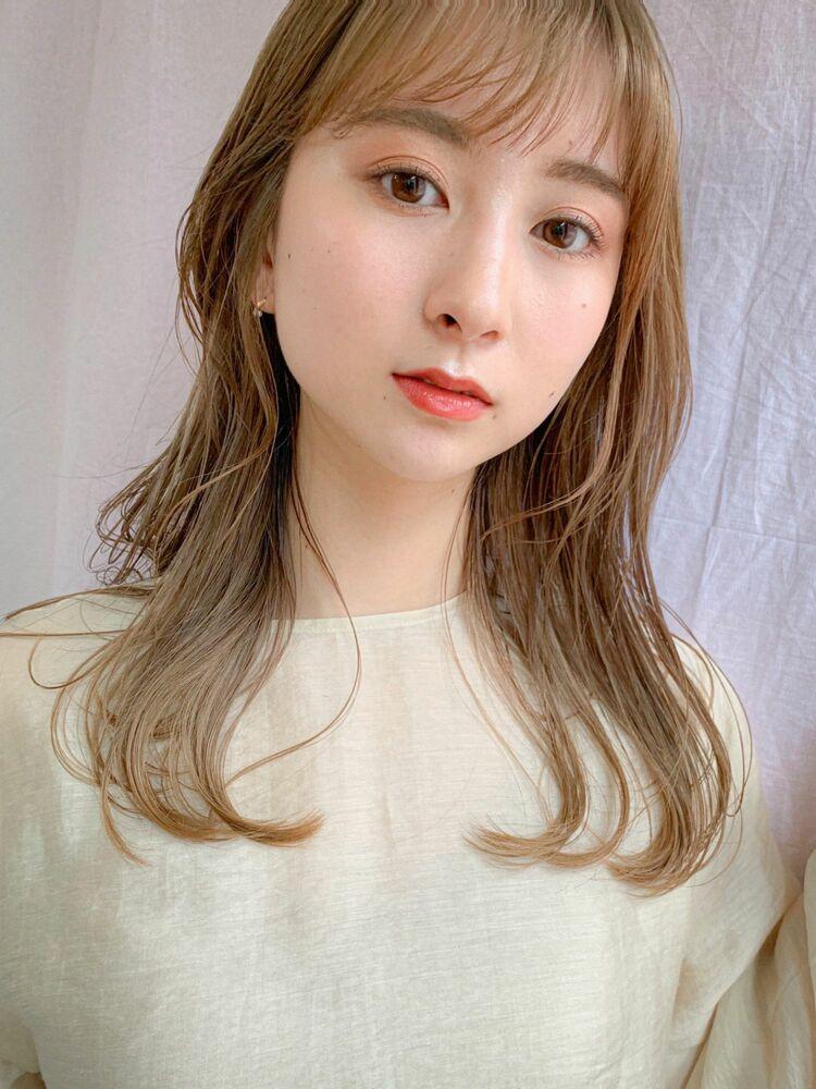 綺麗なブロンドベージュの髪にレイヤーで軽く動くセミロングスタイル。
