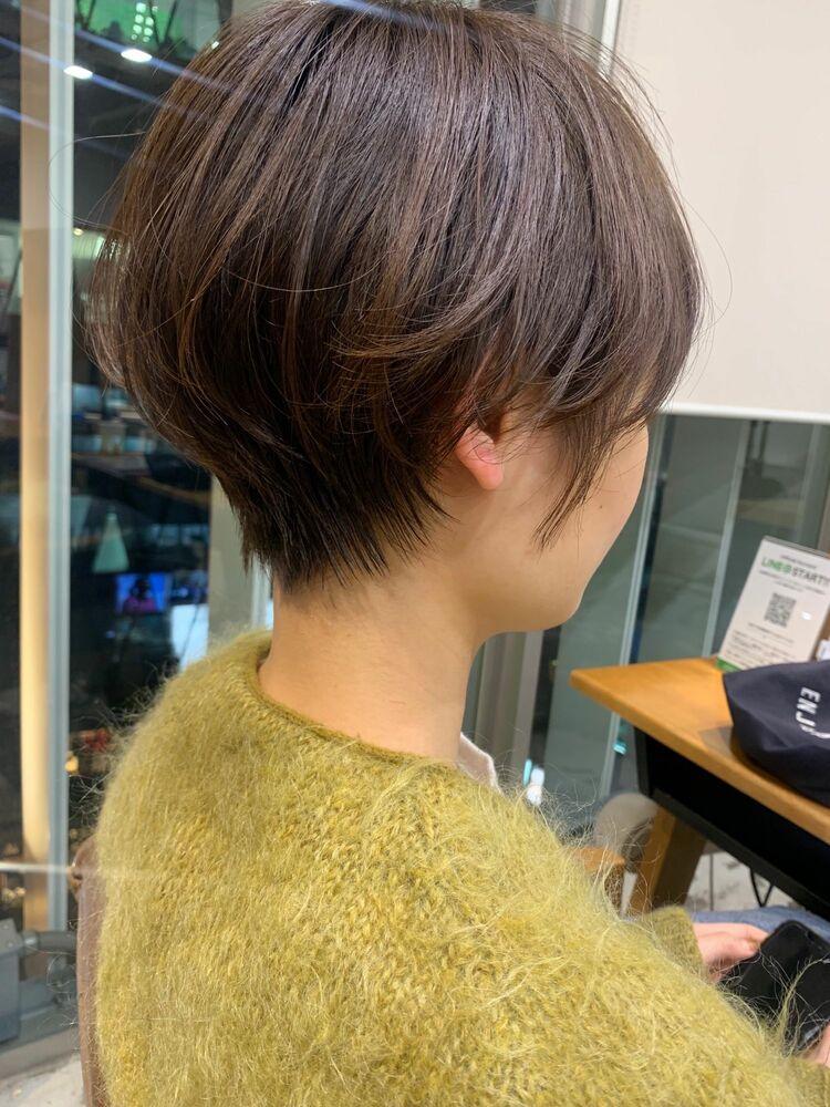 丸みとくびれの女性らしいショートヘア