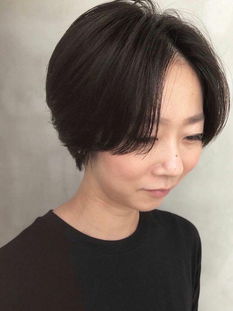 前髪長めのナチュラルなショートスタイル