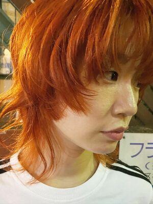オレンジカラーのウルフカット