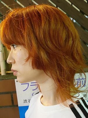 フェイスライン重めのウルフカット オレンジ色