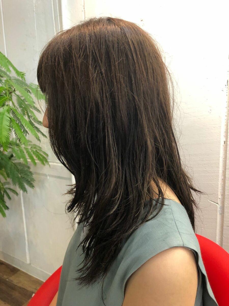 ミディアムロング アッシュ系カラーに毛先パーマで柔らかい印象