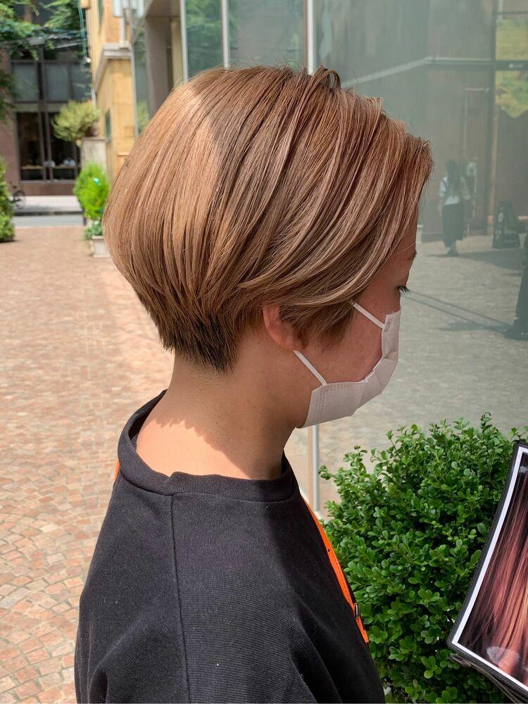 前髪なしのハイトーンショートヘア