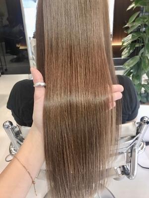 中性縮毛矯正で潤い艶髪が魅力の極上ロングスタイル