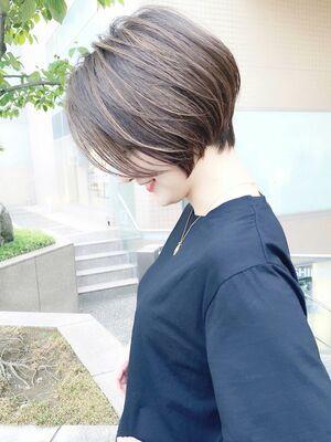 前髪長めのショートボブハイライト