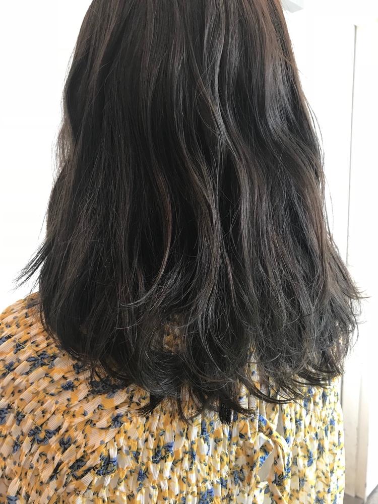 赤みなしの透明感アッシュで可愛いミディアムヘア