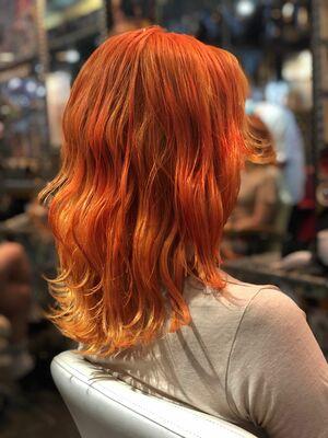 派手原色オレンジ髪
