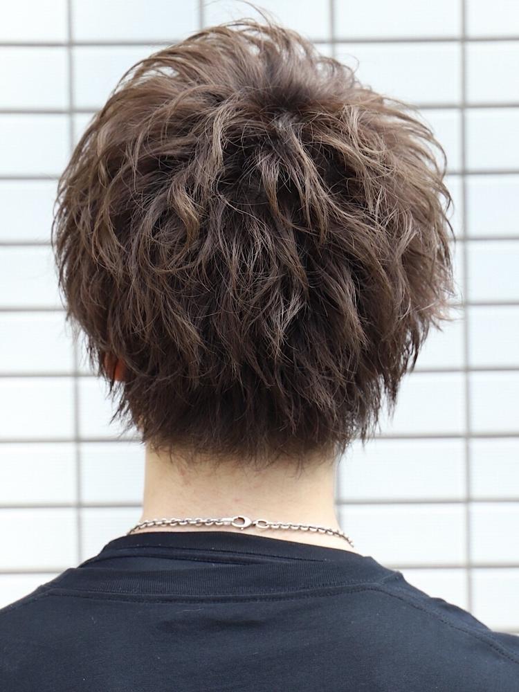 ハイスパイラルパーマで躍動感のあるヘアスタイル