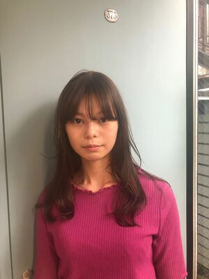 シンプルなセミロングレイヤー。前髪を長めにカットすることで、大人かわいいスタイルに。