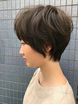 トップと前髪にボリュームを持たせたエレガントショート
