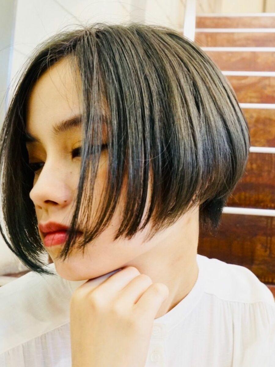 黒髪前下がりのショートボブ。バックの丸み、サイドシルエットが、美しい。お手入れ簡単ショートボブ。