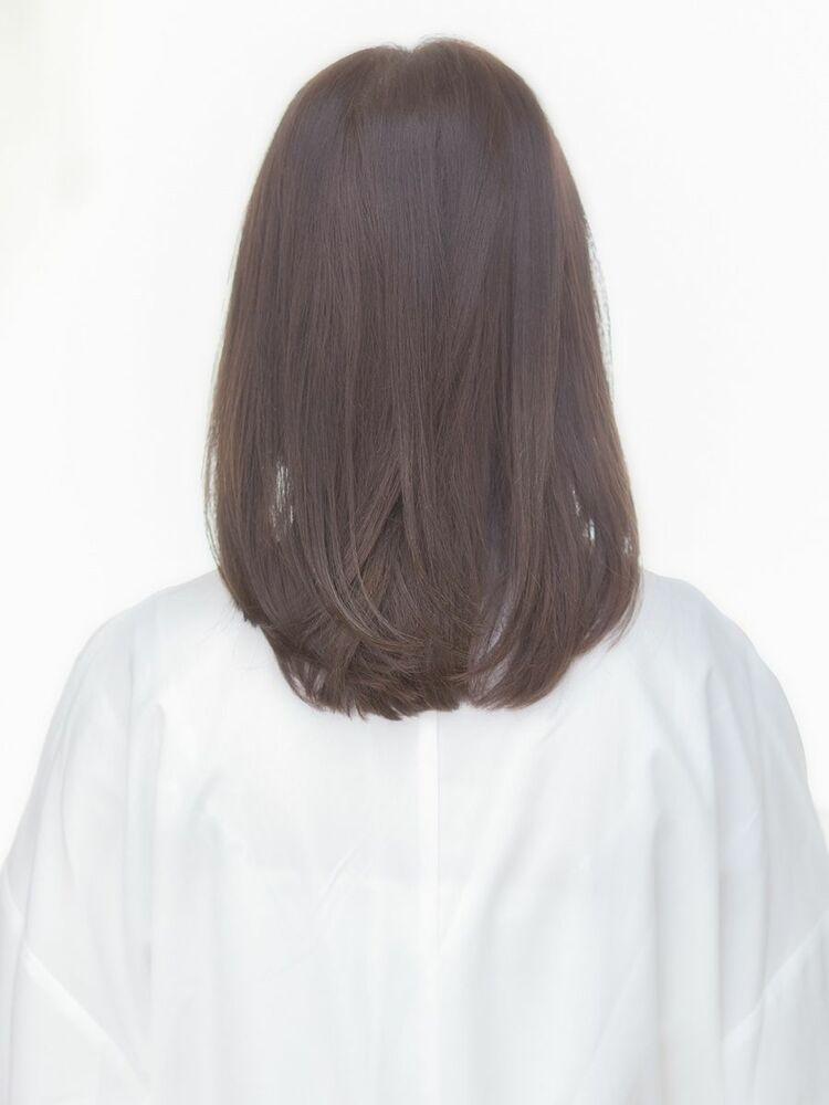 セミロングのストレートヘアに透け感を与えて動きのある可愛らしく女性らしいスタイルに