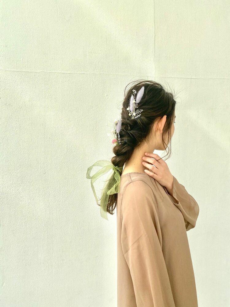編み下ろしでロングをいかしたヘアアレンジ。また、ドライフラワーをプラスして可愛いさ倍増!