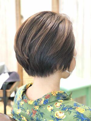 ひし形シルエット襟足を暗めにする事で広がりやすい髪でもひきしまって見えるようにグラデーションを。