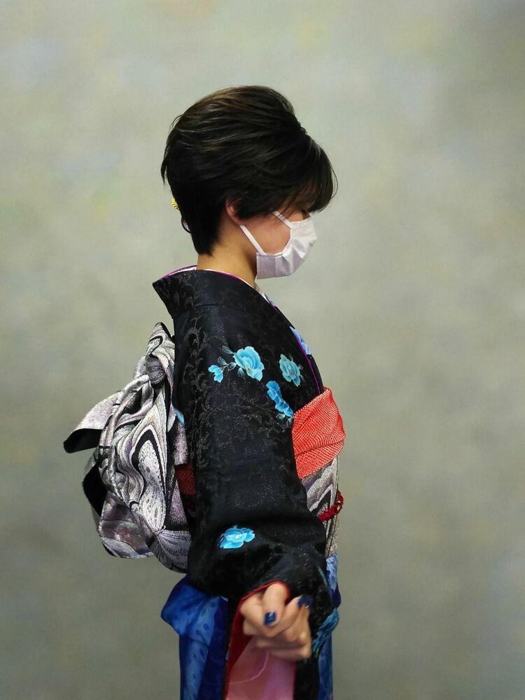 ショートヘアーでもアシメスタイルでお飾り付けてアップ風に可愛い。