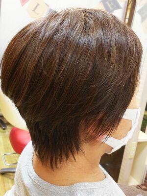 ボリューム有るシルエットで短くても女らしくチョイ明るく白髪も染まるショート