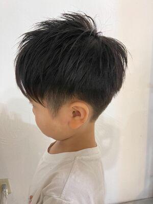 前髪を長めに残した、前下がりの束感のあるマッシュスタイル。