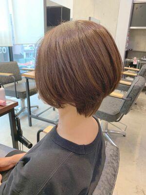 リアルなお客様 襟足の長さを生かし、くびれ感のある後頭部ボリュームアップするショートヘア。