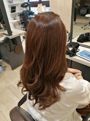 髪質改善 酸熱トリートメントでツヤ髪に。重ためのローレイヤースタイルにウェーブで華やかさを