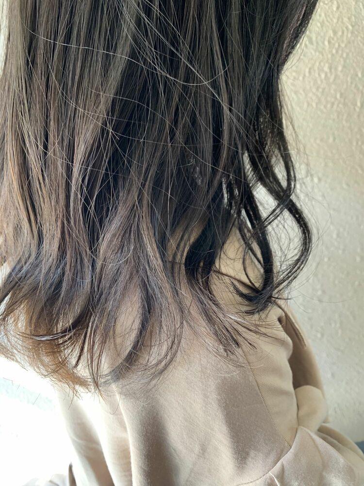 透けるアッシュと隙間作りで、直毛さんでもやわらかスタイルに