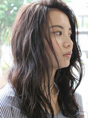 かき上げバングの巻き髪ロングスタイル