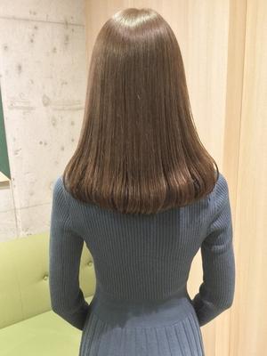 丸みのあるシルエットとツヤのあるヌーディーブラウンで大人可愛いヘアスタイル