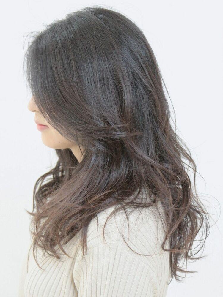 落ち着きのある巻き髪スタイル