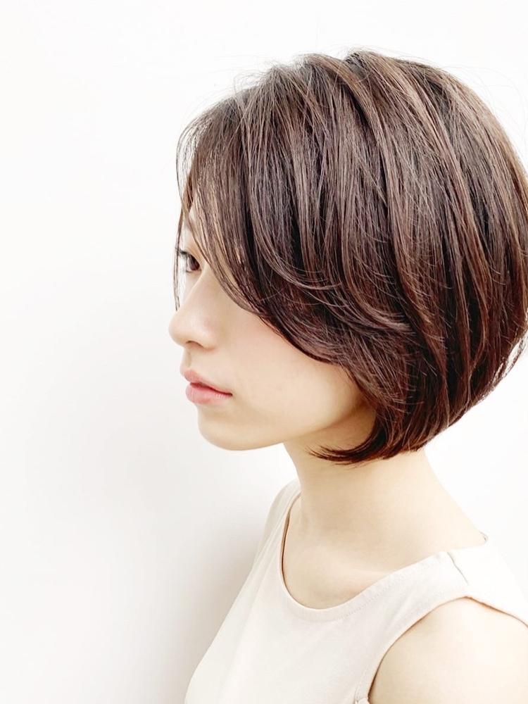 前髪長めの丸みショート