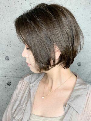 首もとスッキリの横顔美人ボブ✨ナチュラルミルクティと合わせてシンプルな大人スタイルはいかが?